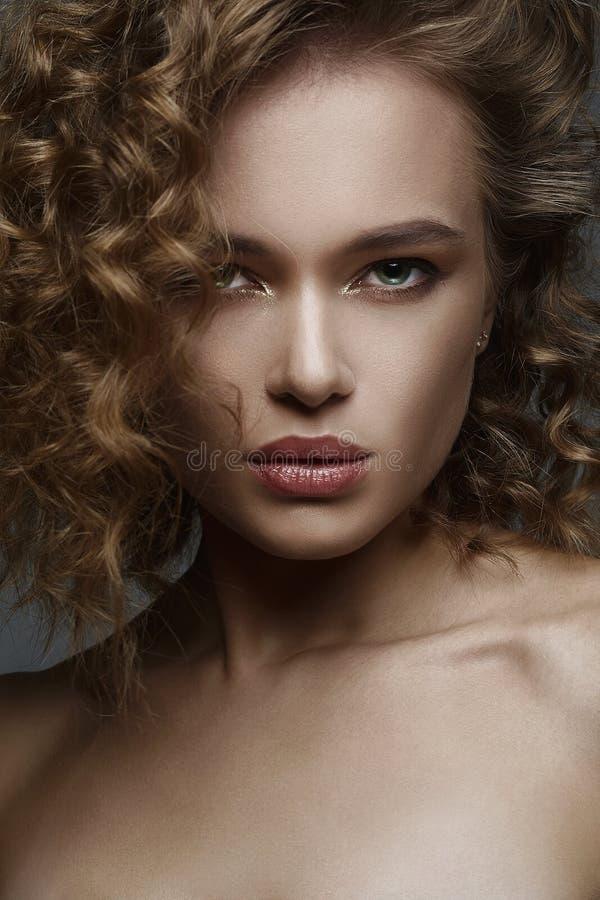 o изумляя курчавая девушка с макияжем стоковые фото