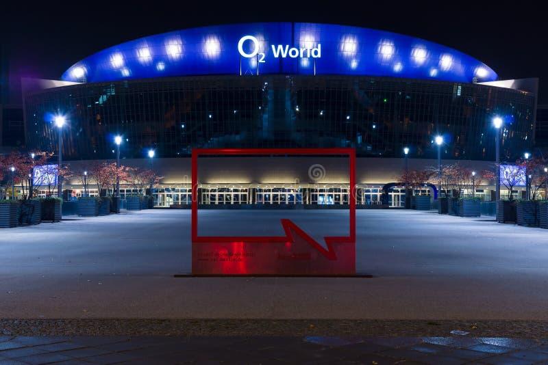 O2ий мир - самая большая многофункциональная крытая арена в Берлине стоковые фотографии rf