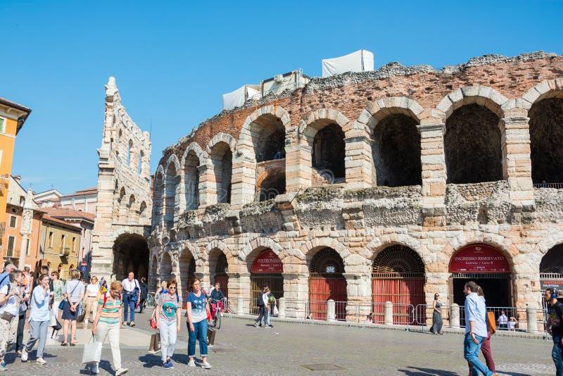 o Май 2019 Верона, Италия Взгляд di Вероны арены - амфитеатра на бюстгальтере аркады стоковая фотография rf