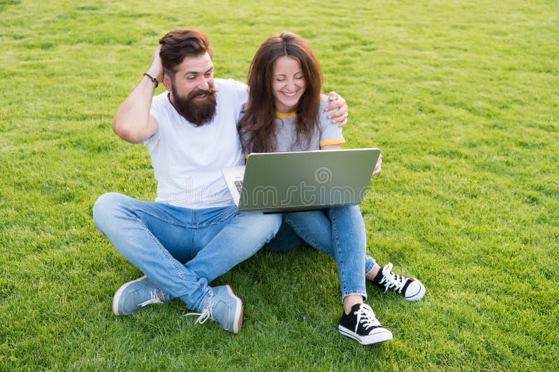o Онлайн работа Соедините луг студентов зеленый Связи ноутбука онлайн E t стоковое фото