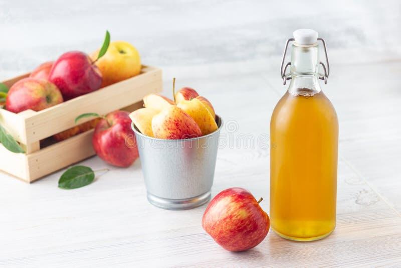 o Уксус яблочного сидра в стеклянной бутылке стоковая фотография rf