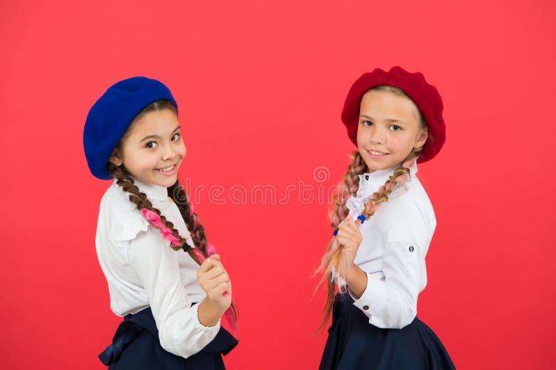 o Школьницы носят официальную школьную форму Волосы красивых девушек детей длинные заплетенные Маленькие девочки с стоковые изображения rf