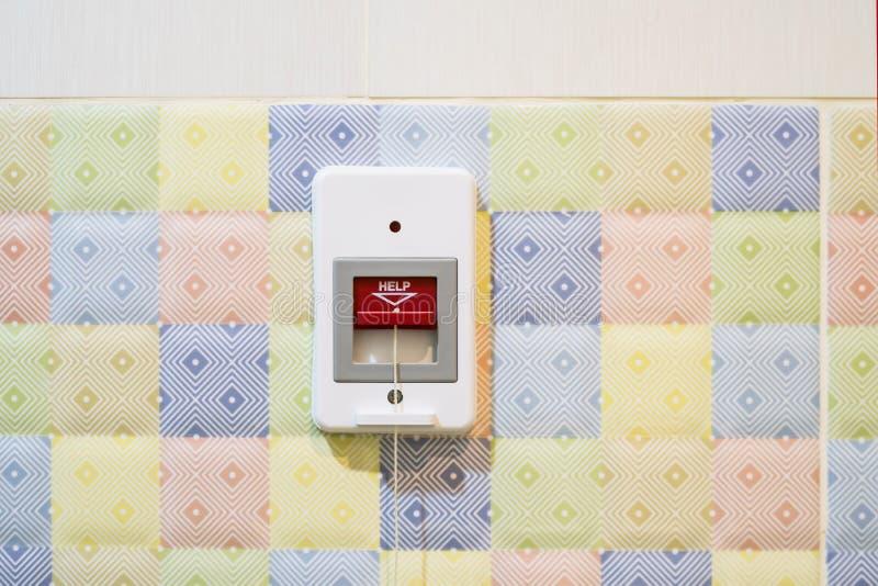 O ?Emergency urgente da estação de chamada do banheiro ou da estação de dever da chamada da enfermeira puxa estações da corda foto de stock