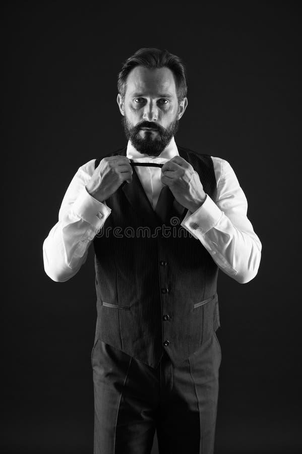 o 优等的样式 人有胡子的人穿戴白色衬衫和经典背心成套装备 正式成套装备 ?? 免版税库存图片