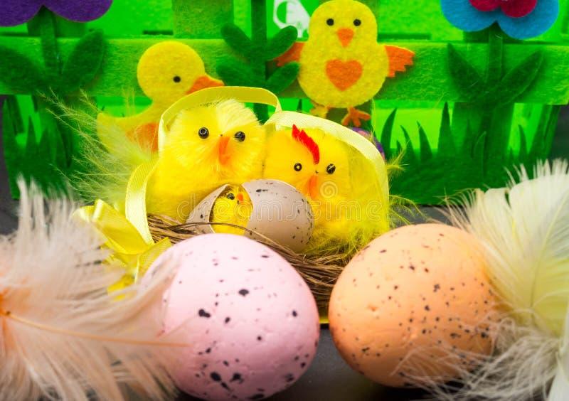 o 复活节彩蛋和黄色小鸡鸡蛋和鸡当复活节标志,问候 免版税库存照片