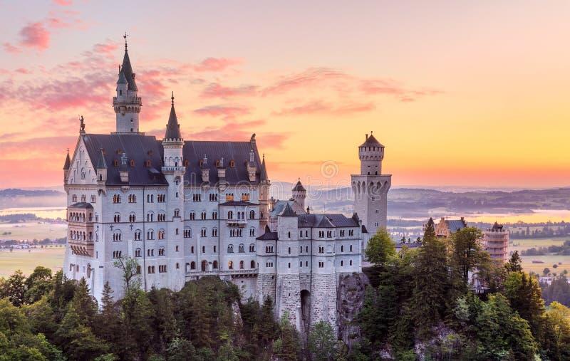 o 新天鹅堡城堡在巴伐利亚阿尔卑斯山脉 免版税库存照片