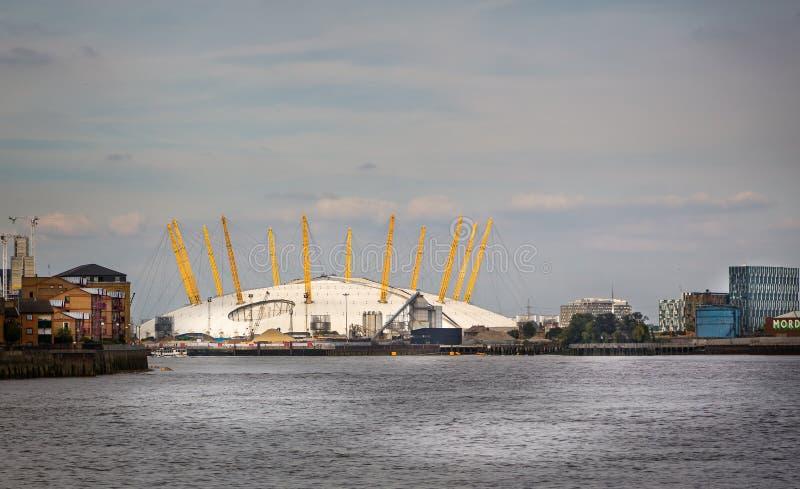 O2竞技场的看法从泰晤士河的在格林威治,伦敦,英国 免版税库存图片
