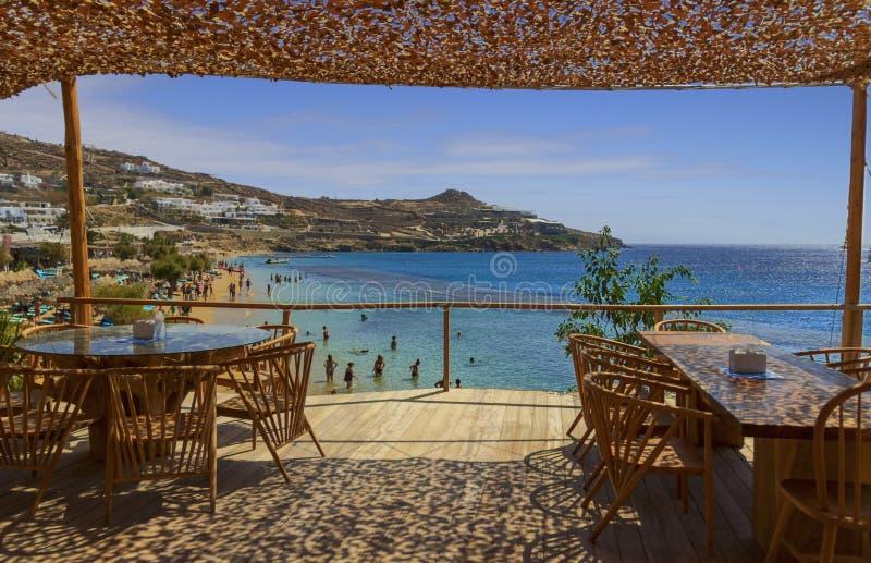 o 米科诺斯岛:天堂海滩Kalamopodi,希腊 晴朗用天空蔚蓝和透明的水 天堂确实是m 库存图片