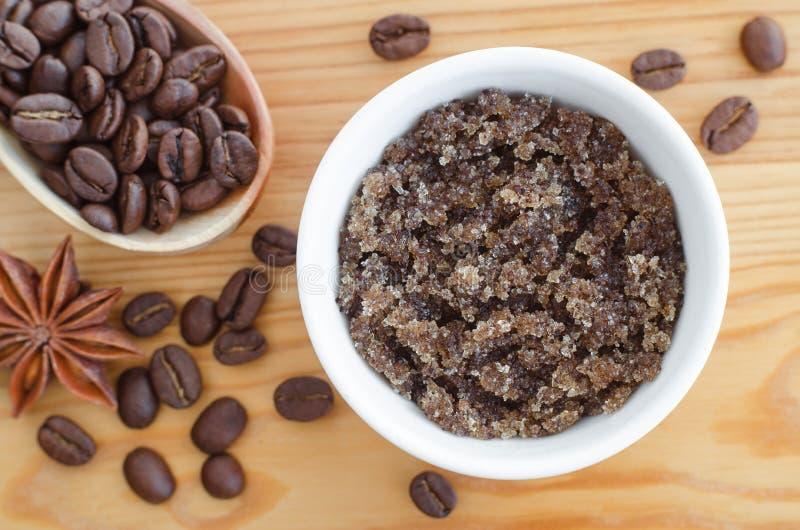 O açúcar caseiro, o azeite e a cara e o corpo do café à terra esfregam Cosméticos de Diy imagem de stock