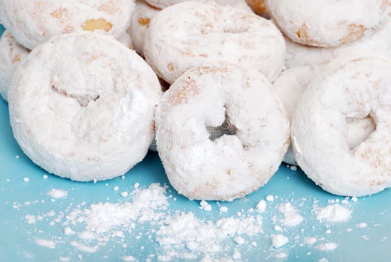 O açúcar de crosta de gelo pequeno cobriu anéis de espuma foto de stock royalty free