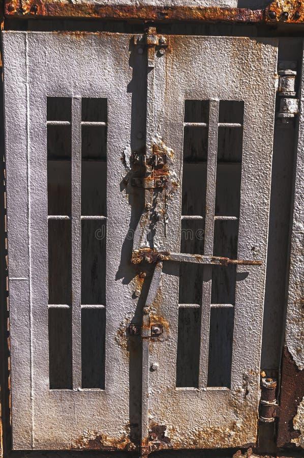O aço dois velho oxidou portas imagens de stock
