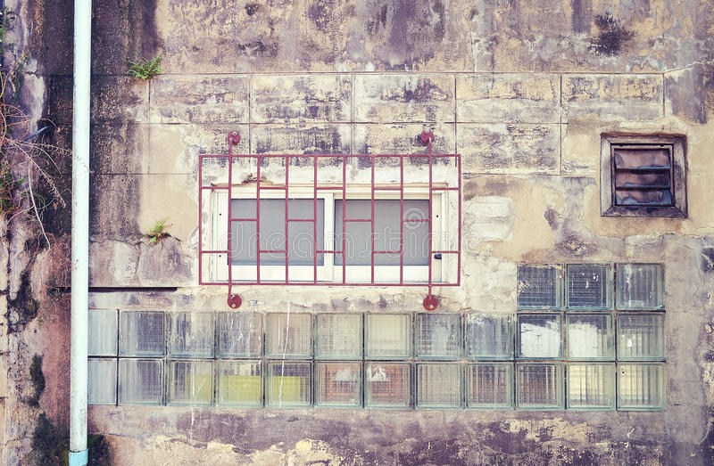 O aço velho e as janelas de madeira no estilo retro do vintage sujo muram w foto de stock