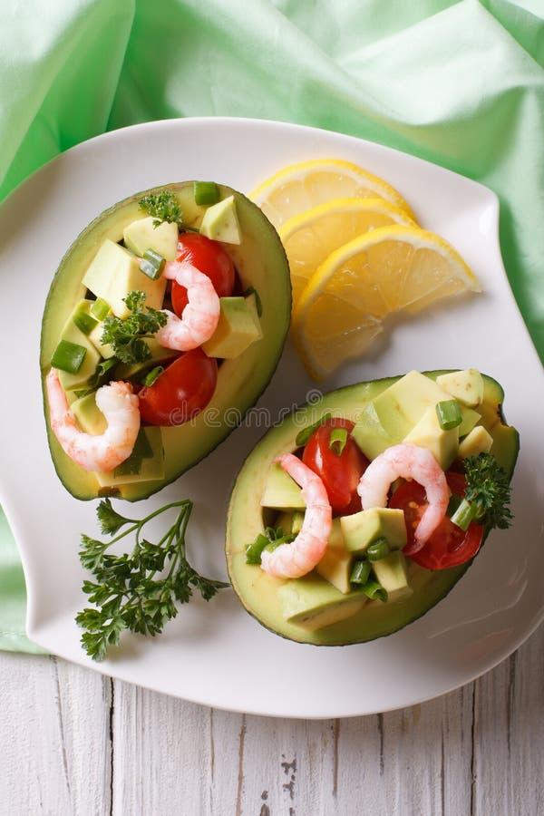 O abacate encheu-se com a salada do camarão e o close up dos vegetais vertical imagens de stock