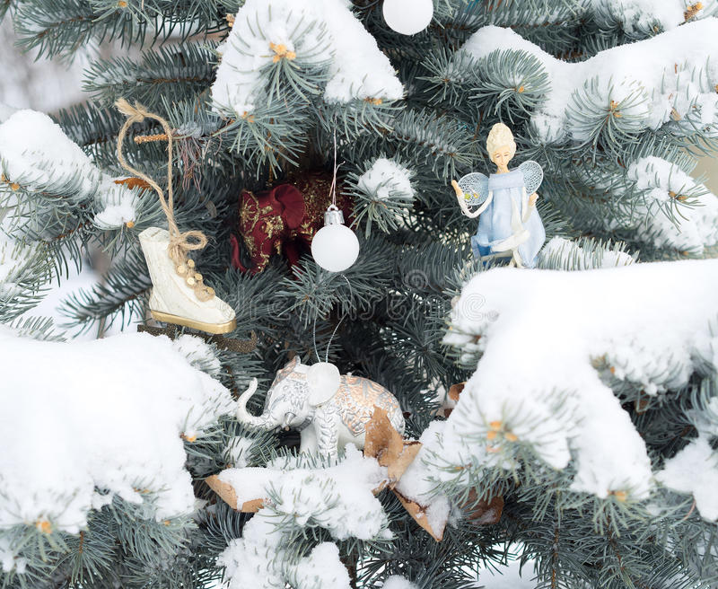 O abeto azul é decorado por brinquedos do Natal Elefantes, anjo, imagens de stock royalty free