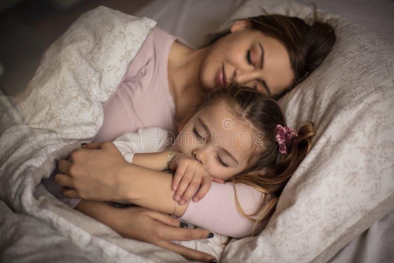O abraço da mamã é o mais bonito imagem de stock