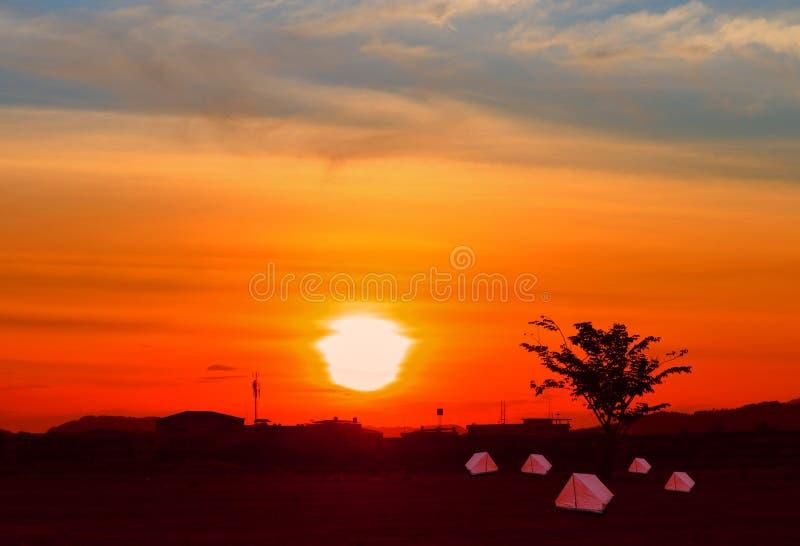 O acampamento da acomodação de turista da lona da barraca relaxa o por do sol do tempo no fundo com espaço da cópia fotos de stock