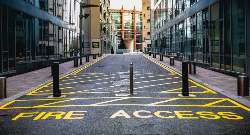 O acesso do fogo mantém-se claro com pintura amarela em um trajeto para sapadores-bombeiros dentro em Dublin, Irlanda fotos de stock royalty free