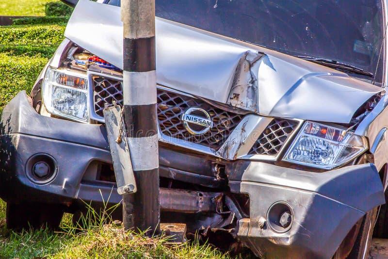 O acidente do camionete de Nissan bateu a lâmpada da borda da estrada no distrito de Muang imagem de stock
