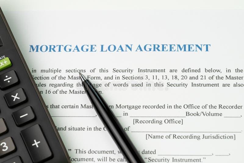 O acordo de empréstimo hipotecário assina o conceito do contrato, pena com calculat imagem de stock royalty free