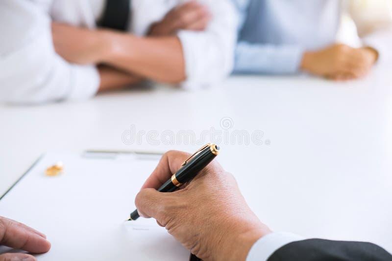 O acordo preparou-se pelo decreto de assinatura do advogado do dissolut do divórcio imagem de stock royalty free
