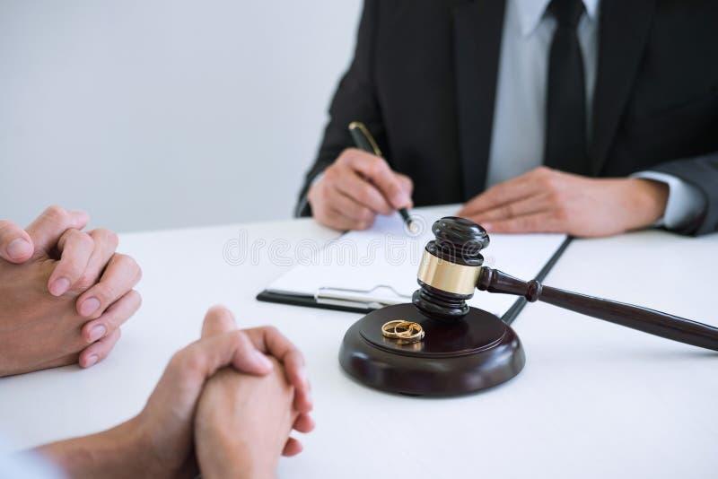 O acordo preparou-se pelo decreto de assinatura do advogado do dissolut do divórcio imagem de stock