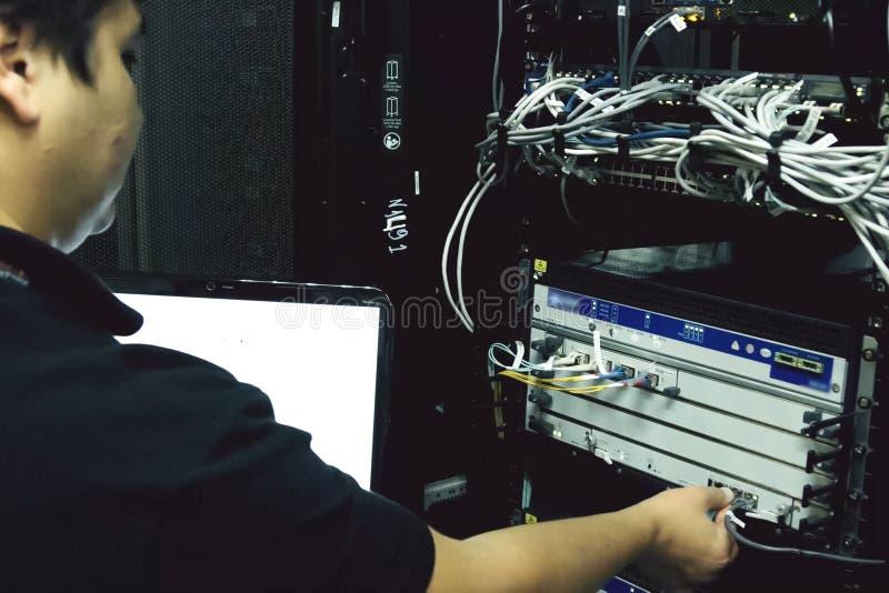 O administrador de sistema está eliminando erros do hardware do servidor fotografia de stock royalty free