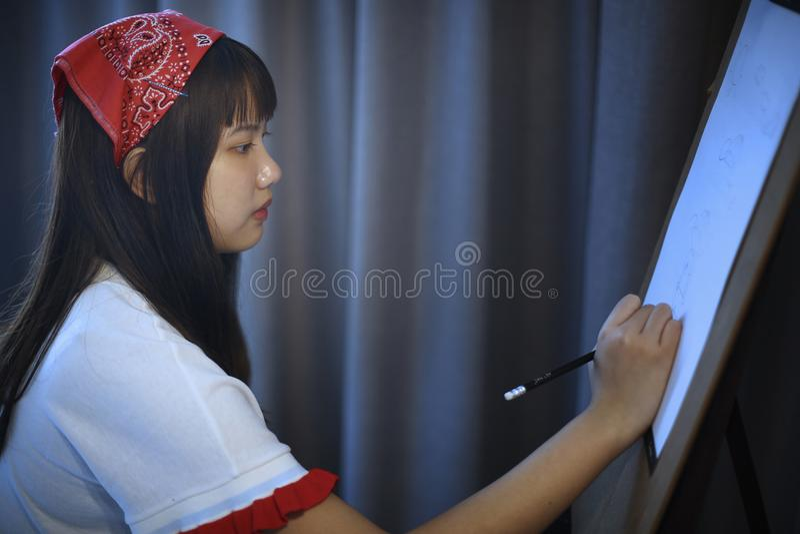 O adolescente é desenhos de patinagem imagem de stock