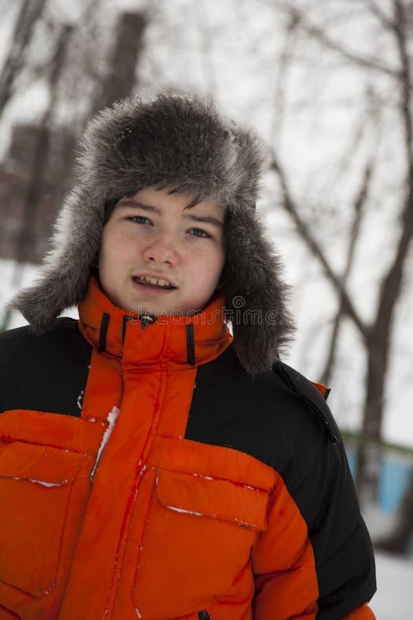 O adolescente alegre anda em um dia de inverno gelado fotos de stock