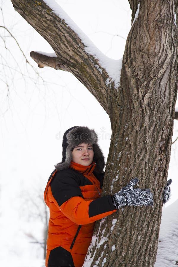 O adolescente alegre anda em um dia de inverno gelado foto de stock royalty free