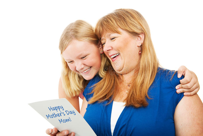 Adolescente dá o cartão do dia de mães à mamã fotografia de stock