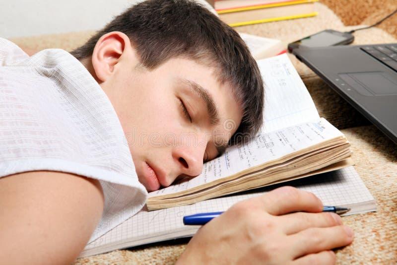 O adolescente dorme após a aprendizagem fotos de stock