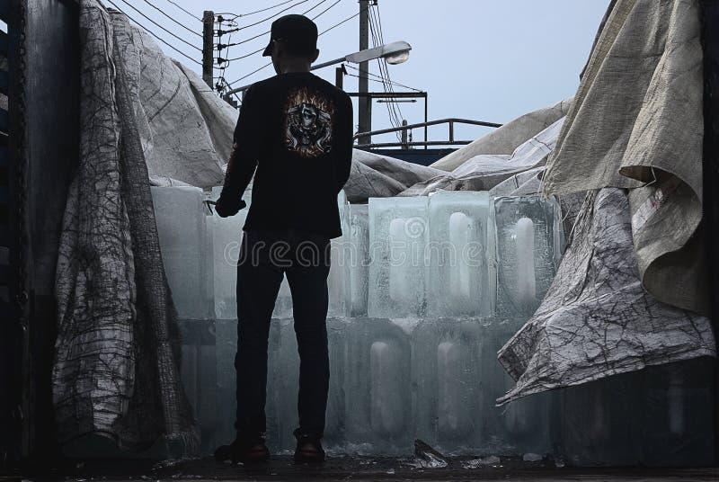 O adolescente não identificado entrega o gelo imagem de stock