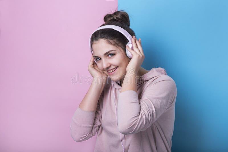 O adolescente novo escuta a música fotografia de stock