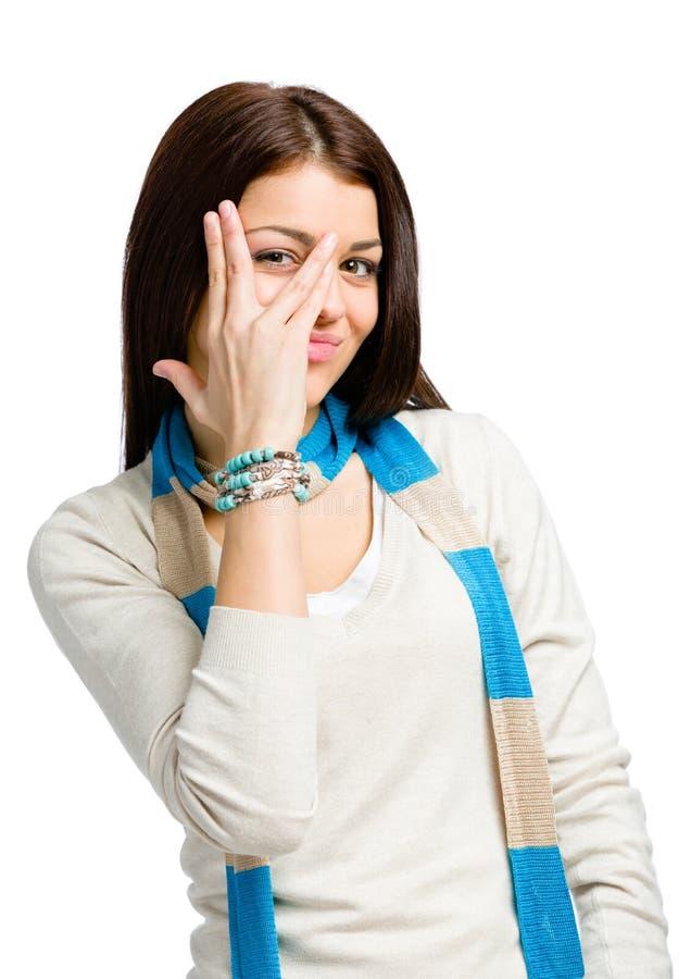O adolescente olha através dos dedos foto de stock