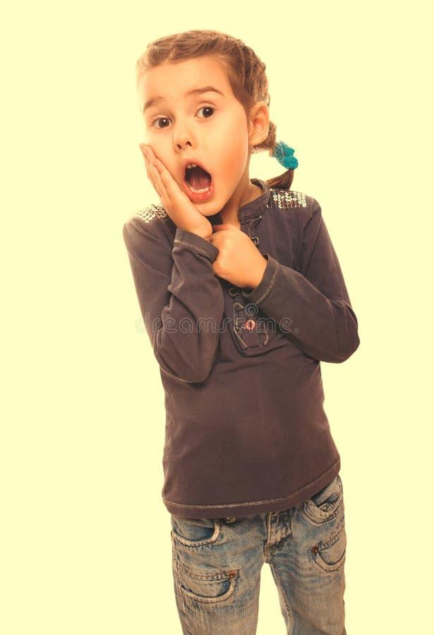 O adolescente pequeno surpreendido menina da mulher sente a alegria guardar a mão em f fotos de stock