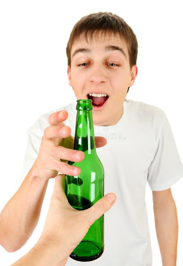 O adolescente toma uma cerveja imagens de stock royalty free