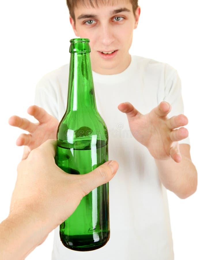 O adolescente toma uma cerveja fotografia de stock