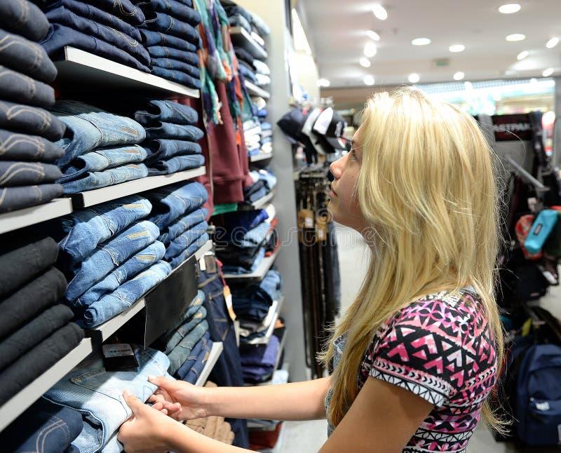 O adolescente veste a compra imagens de stock royalty free