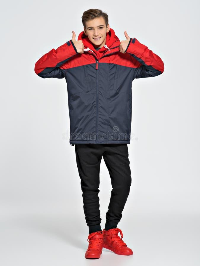 O adolescente veste a roupa elegante da queda imagem de stock