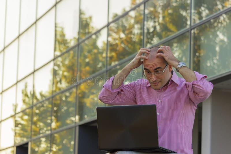 O adulto novo está irritado sobre o trabalho imagens de stock royalty free
