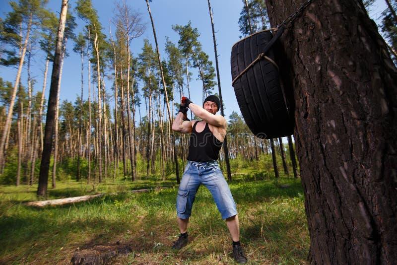 O adulto saudável forte rasgou o homem com os músculos grandes que dão certo a sagacidade fotografia de stock