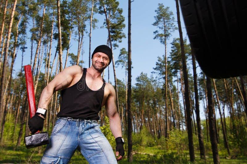 O adulto saudável forte rasgou o homem com os músculos grandes que dão certo a sagacidade imagens de stock