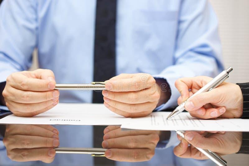 O advogado é contrato de comentário assim que o cliente pode compreender o consequ foto de stock royalty free
