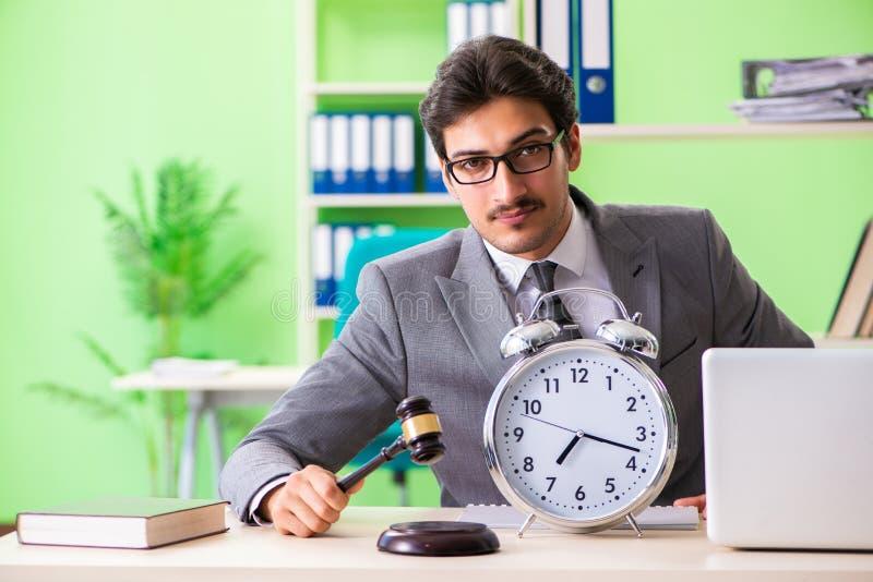 O advogado considerável novo que trabalha no escritório fotos de stock