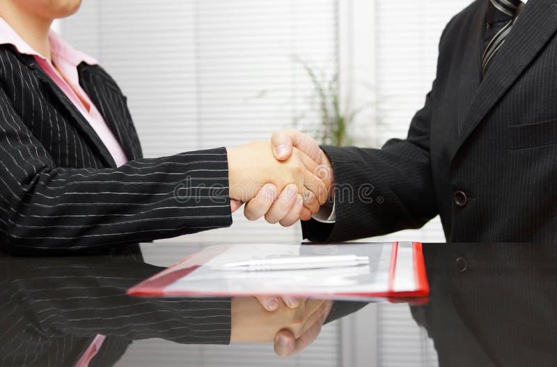 O advogado e o cliente são aperto de mão após a reunião bem sucedida imagens de stock