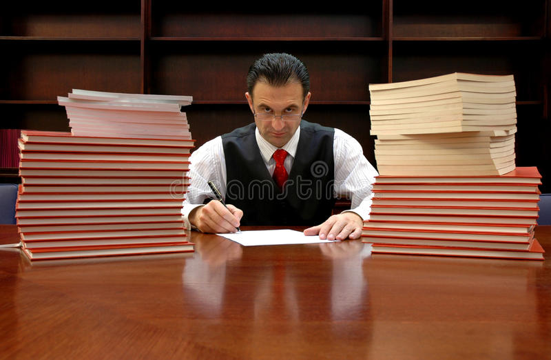 O advogado está assinando o contrato imagem de stock
