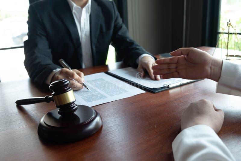 O advogado fornece o conselho, conselho, propostas legais Exame de documentos jur?dicos imagens de stock