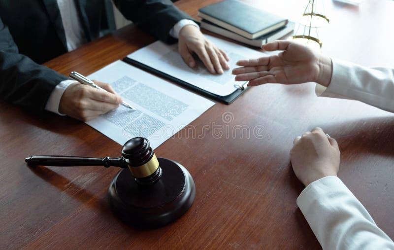 O advogado fornece o conselho, conselho, propostas legais Exame de documentos jur?dicos imagem de stock