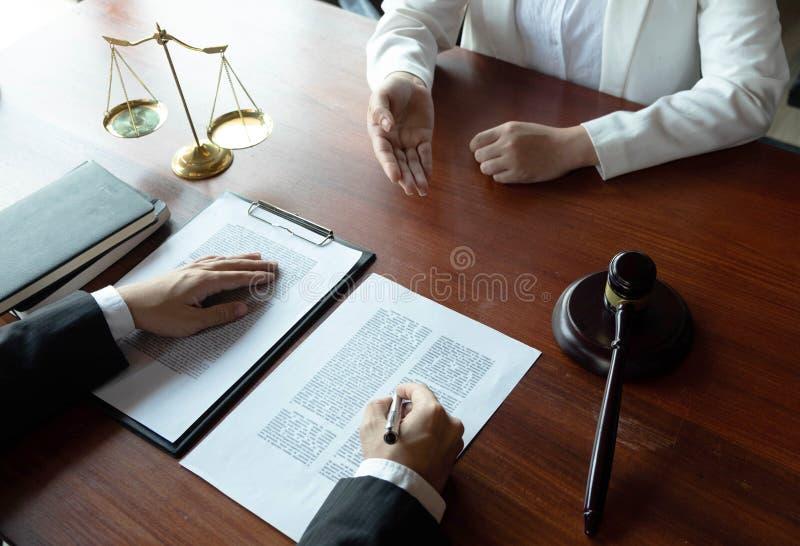 O advogado fornece o conselho, conselho, propostas legais Exame de documentos jur?dicos fotografia de stock