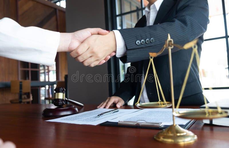 O advogado fornece o conselho, conselho, propostas legais Exame de documentos jur?dicos fotos de stock royalty free